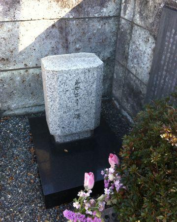 シロネズミの碑